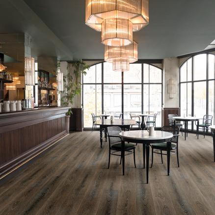 Brug det stærke højtrykslaminat gulv BerryAlloc Grand Avenue Embassy Row i din café eller restaurant.