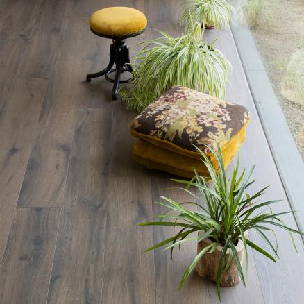 Laminat gulvet fra BerryAlloc Glorious XL Gyant xl i mørk brun har en smuk kontrast i farven.