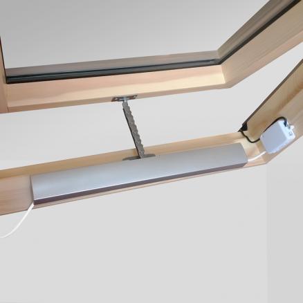 Elektrisk vinduesåbner til Axis ovenlysvinduer monteret i vindue close-up