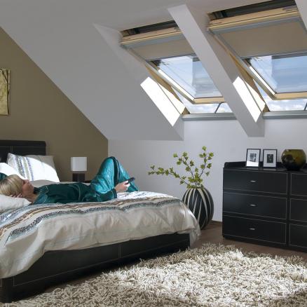 Få et sundt indeklima med den elektriske ovenlysvindue fra FAKRO.