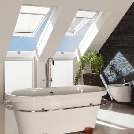 FAKRO Tophængt ovenlysvindue FPU-V giver maksimal komfort i dine rum.