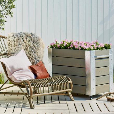 Skab liv på terrassen med Plus Cubic blomsterkasse