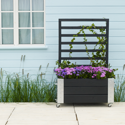 Skab hygge på terrassen med Plus Cubic blomsterkasse m. espalier lav i sort